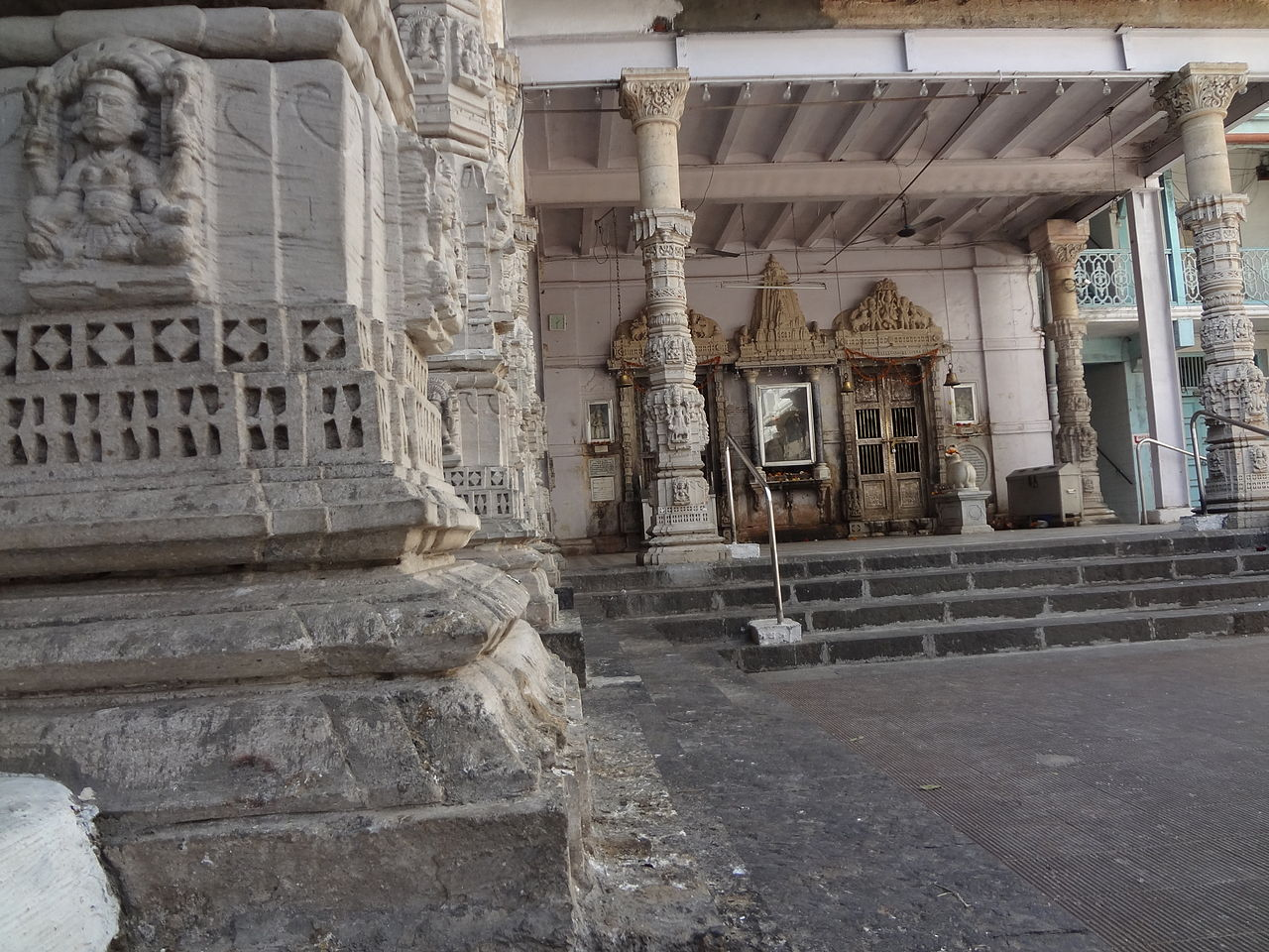 Best Place to Visit Near Hanging Gardens, Mumbai-Babulnath Temple