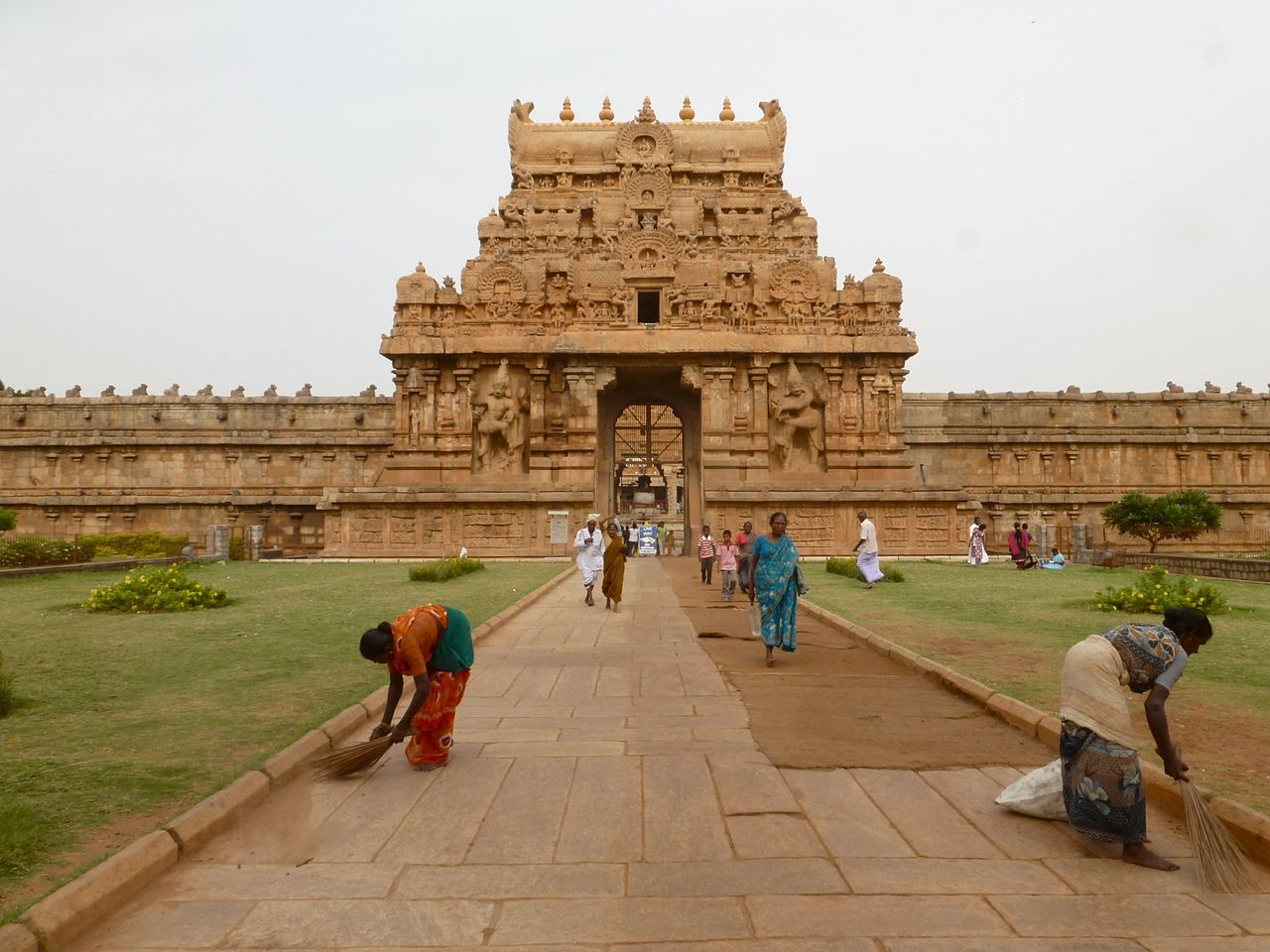 Place To Visit Near The Vijaynagar Fort-Brihadeeswara Temple