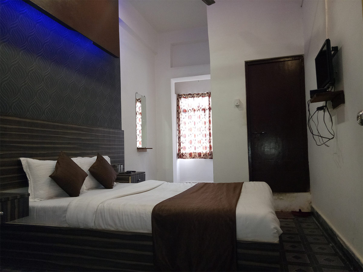 Where To Stay Near The Ravivari Market-Hotel New Esquire